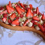 Torta soffice al cocco con crema al pistacchio e fragole