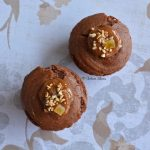 Muffin al cacao con cuore d'arancia amara e nocciola